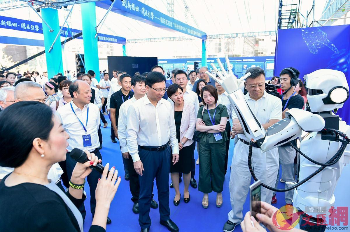 深圳將建設國際科技創新中心和綜合性國家科學中心,圖為嘉賓參觀深圳科技產業園區的機器人
