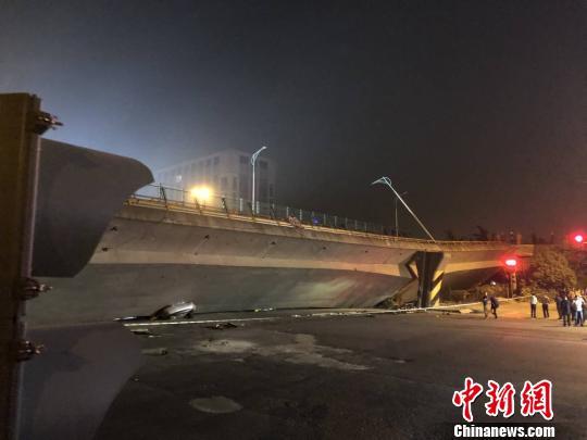 10月10日晚6時許,江蘇無錫市北環路附近一高架橋發生垮塌。