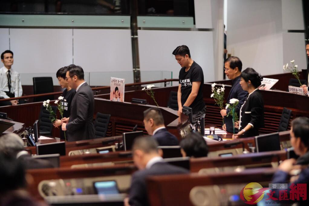 「泛暴派」 議員在會議上默哀。