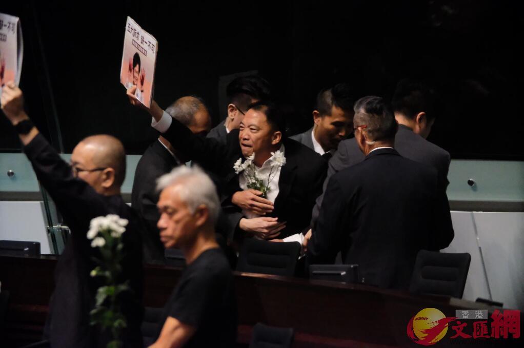胡志偉被驅逐。