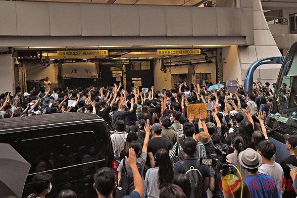 大批黑衣人於8月13日至14日凌晨期間,在香港國際機場非法集結及虐打內地旅客,警方到場營救時反被暴徒襲擊,有警員要拔搶保命。其中一名任職港鐵技工的疑兇涉襲警禁保釋,上百名大批黑衣人聚集東區裁判法院外,高舉雙手盲撐涉暴動罪的被告。