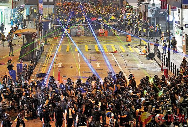 ■暴徒常聯群結隊以鐳射筆照射警員。 資料圖片