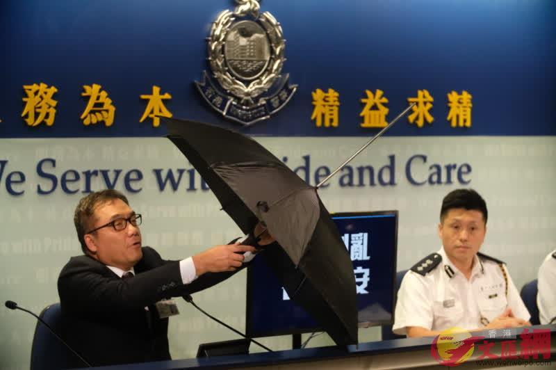 有組織罪案及三合會調查科高級警司李桂華展示警方檢獲暴徒使用的攻擊性武器,包括一把經改裝的雨傘,傘棒可以上下伸縮成為襲擊武器,攻擊警務人員。