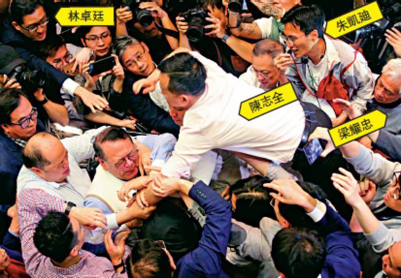 一眾泛暴派議員當日暴力阻撓《逃犯條例》修訂,陳志全一度飛撲向石禮謙搶咪\資料圖片