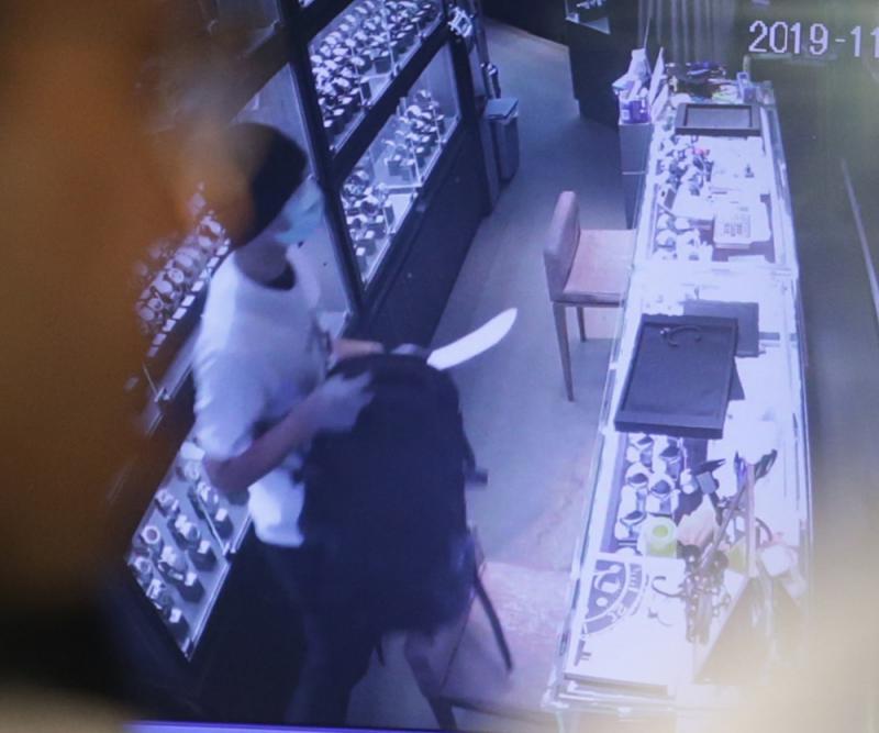 「天眼」片拍到有匪徒亮出一把疑似牛肉刀指嚇職員。