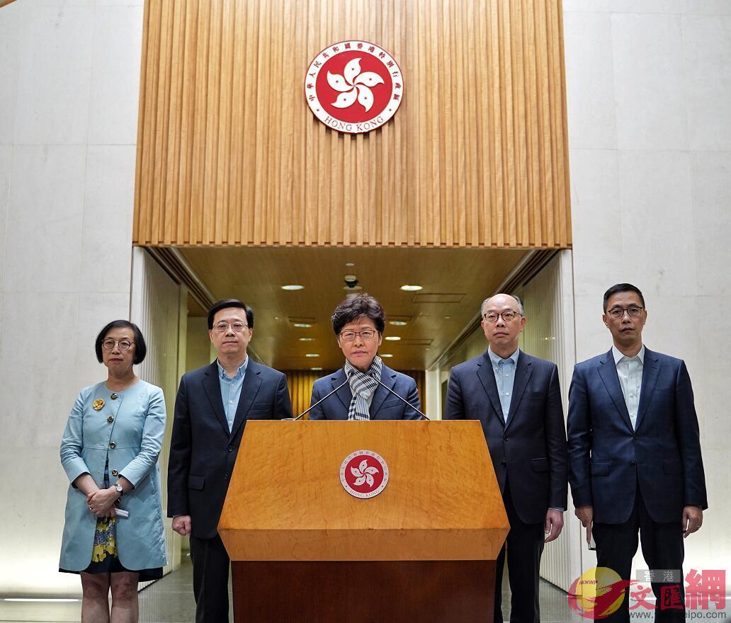 林鄭月娥(中)及政府官員會見傳媒