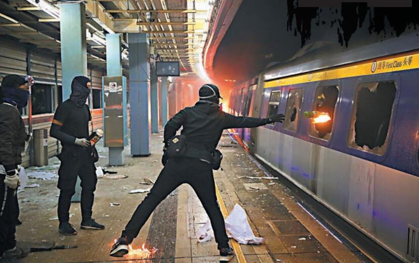 數名暴徒在大學站月台向列車車廂內投擲燃燒彈。 美聯社