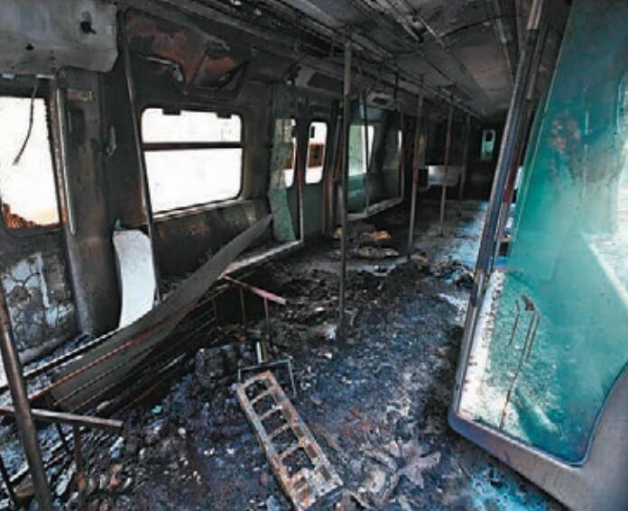 大學站的列車被縱火後一片狼藉。 大公文匯傳媒記者 攝