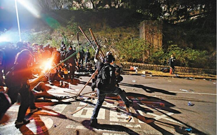 暴徒在中大二號橋試用巨型彈叉發射「火彈」。大公文匯傳媒記者攝