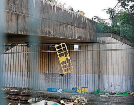 中大橋下有塑料支架被綁在東鐵線的高壓電線上,路軌上有大量雜物。 大公文匯傳媒記者 攝