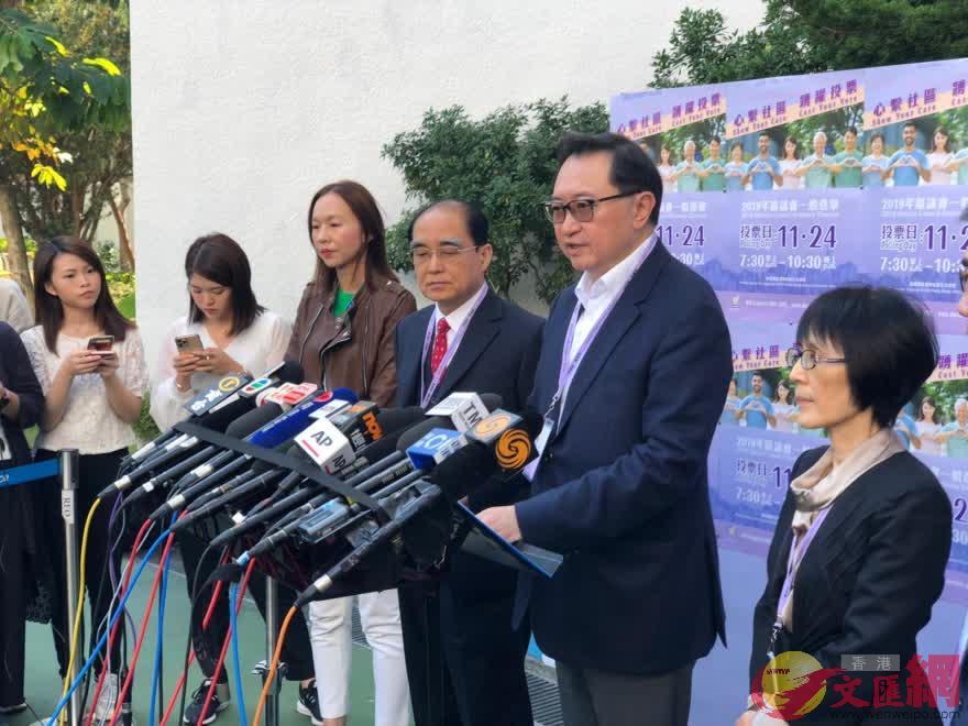 選管會主席馮驊(右二)籲選民耐心等待維持秩序。(大公文匯全媒體記者攝)