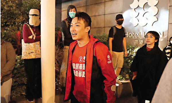 泛暴派候任議員由朝到晚幫助黑衣魔滋擾警方。香港文匯報 記者 攝