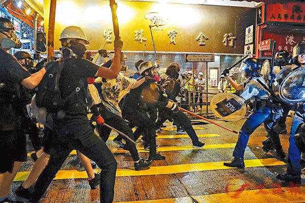 中方指美將干涉香港法案簽署成法是顛倒黑白,公然為暴徒撐腰打氣,用心險惡。圖為暴徒以鐵支等武器肆無忌憚攻擊警員。 資料圖片