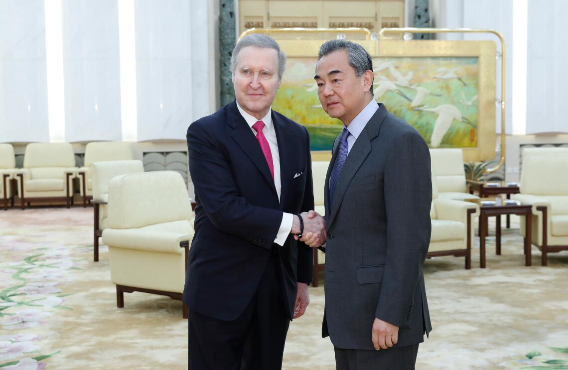 11月21日,中國國務委員兼外長王毅在北京會見美國前國防部長科恩時,就美國國會通過《香港人權與民主法案》表明中方的嚴正立場。 中新社