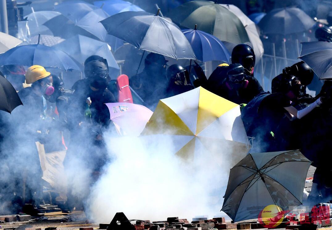 暴徒在香港理工大學外縱火、打砸破壞實施暴力犯罪(資料圖片)