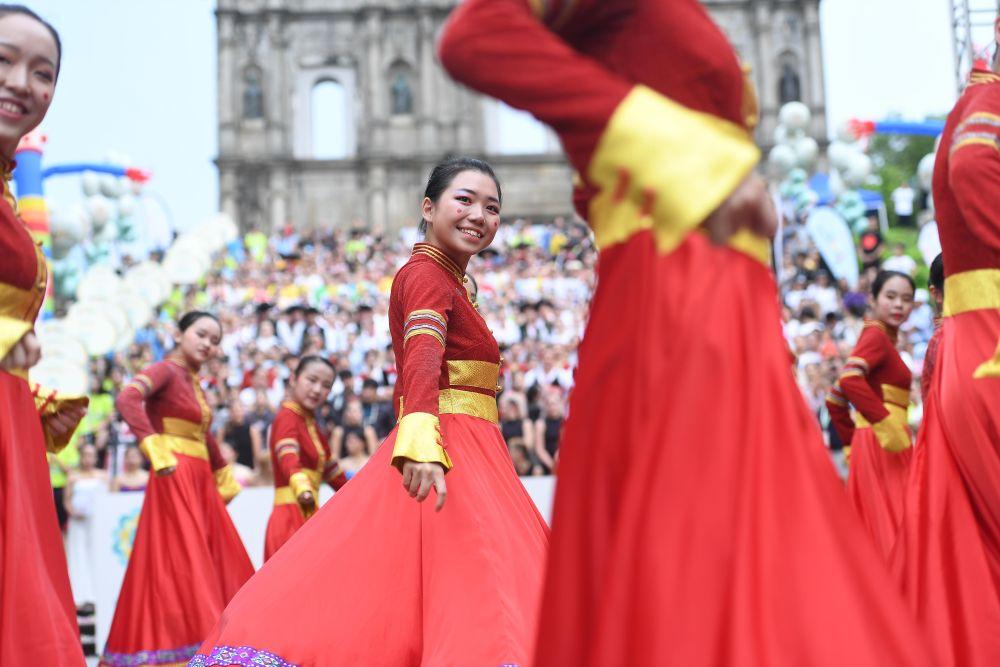 舞者在澳門國際青年舞蹈節上表演。新華社記者張金加攝