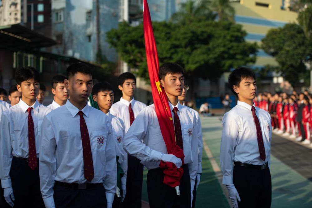 澳門濠江中學學生舉行升國旗儀式。新華社記者張金加攝