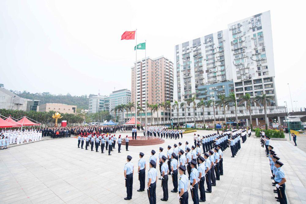 澳門金蓮花廣場舉行升國旗、區旗儀式。新華社記者張金加攝