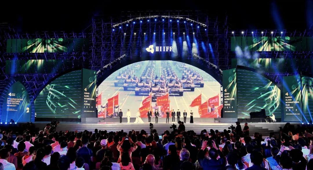 致敬新中國成立70年環節出現總台「4K直播電影」《此時此刻》精彩片段,將現場氣氛推向高潮。(圖源:央視新聞)