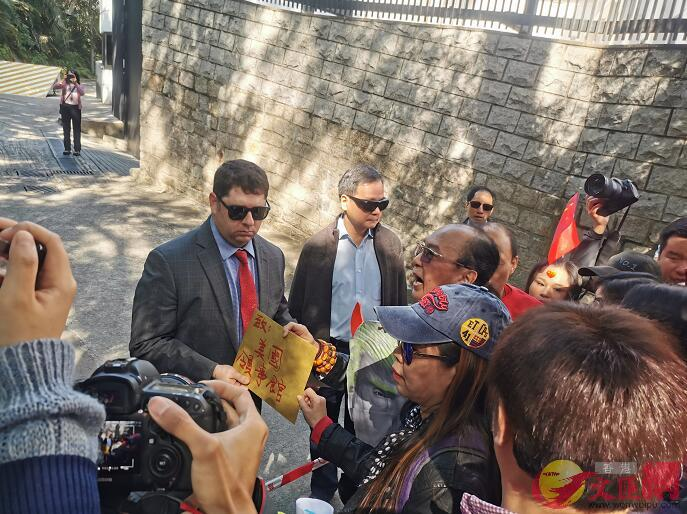 美領館工作人員接收抗議信。