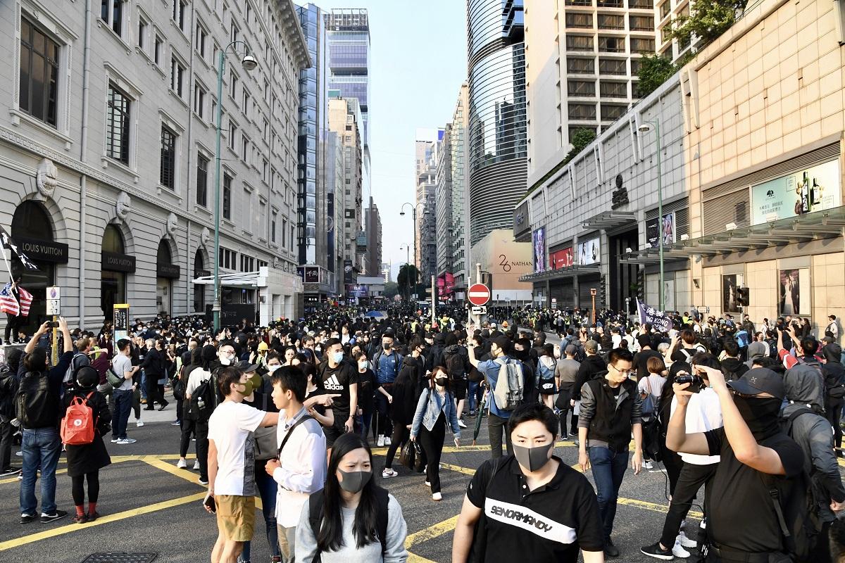 12月1日激進示威者於尖沙咀集會期間非法佔據梳士巴利道。(中新社資料圖片)