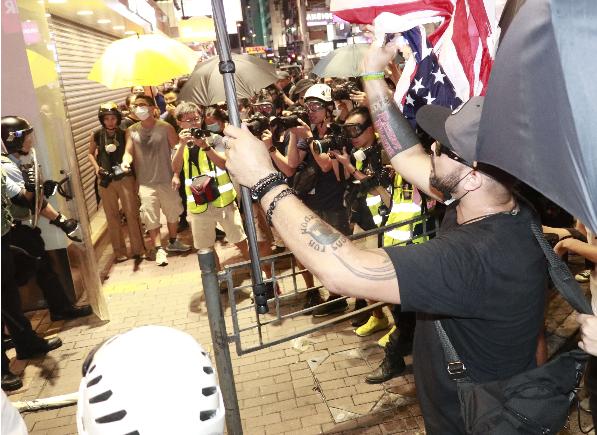 外國勢力不斷染指香港,在近期的街頭暴亂中,不時見到有外籍人士指手劃腳(大公報資料圖)