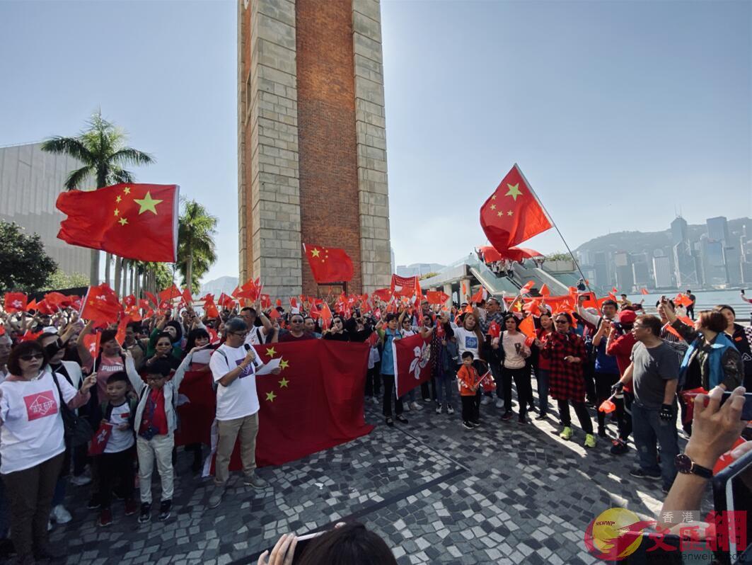 12月1日,逾千名愛港人士快閃尖沙咀,高唱國歌抒愛國情。(大公文匯全媒體記者呂仁欽攝)