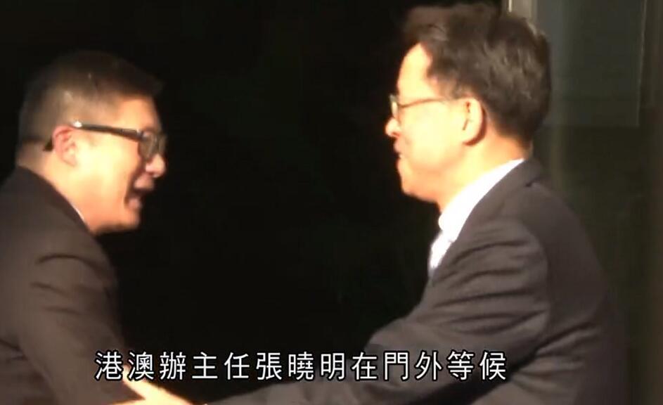 鄧炳強今日下午到訪港澳辦,港澳辦主任張曉明門外親迎(電視截圖)