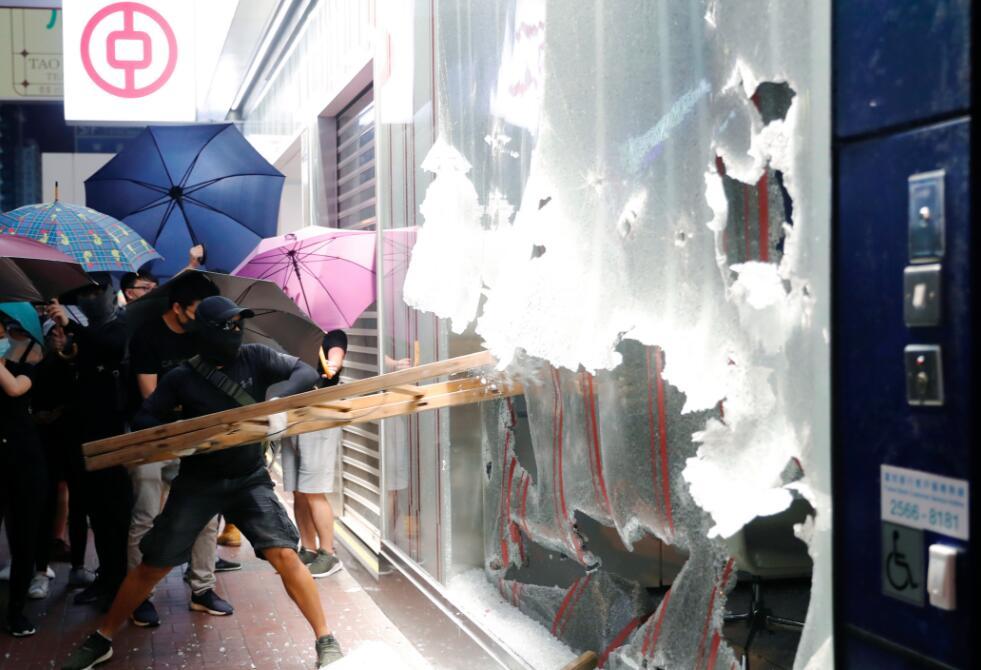 10月4日,一批暴徒用木梯砸爤中國銀行一間分行外的落地玻璃,大肆破壞。路透社