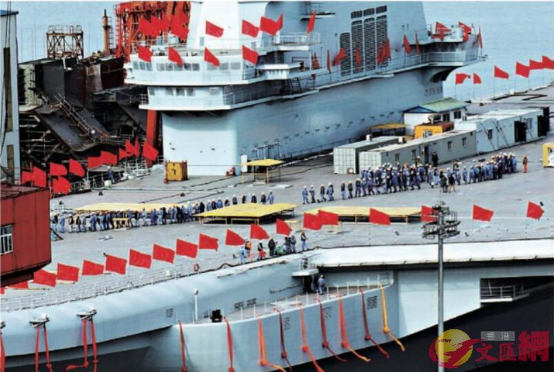 2017年4月25日,工作人員在國產航母甲板集合後列隊集體離船。(記者宋偉攝)
