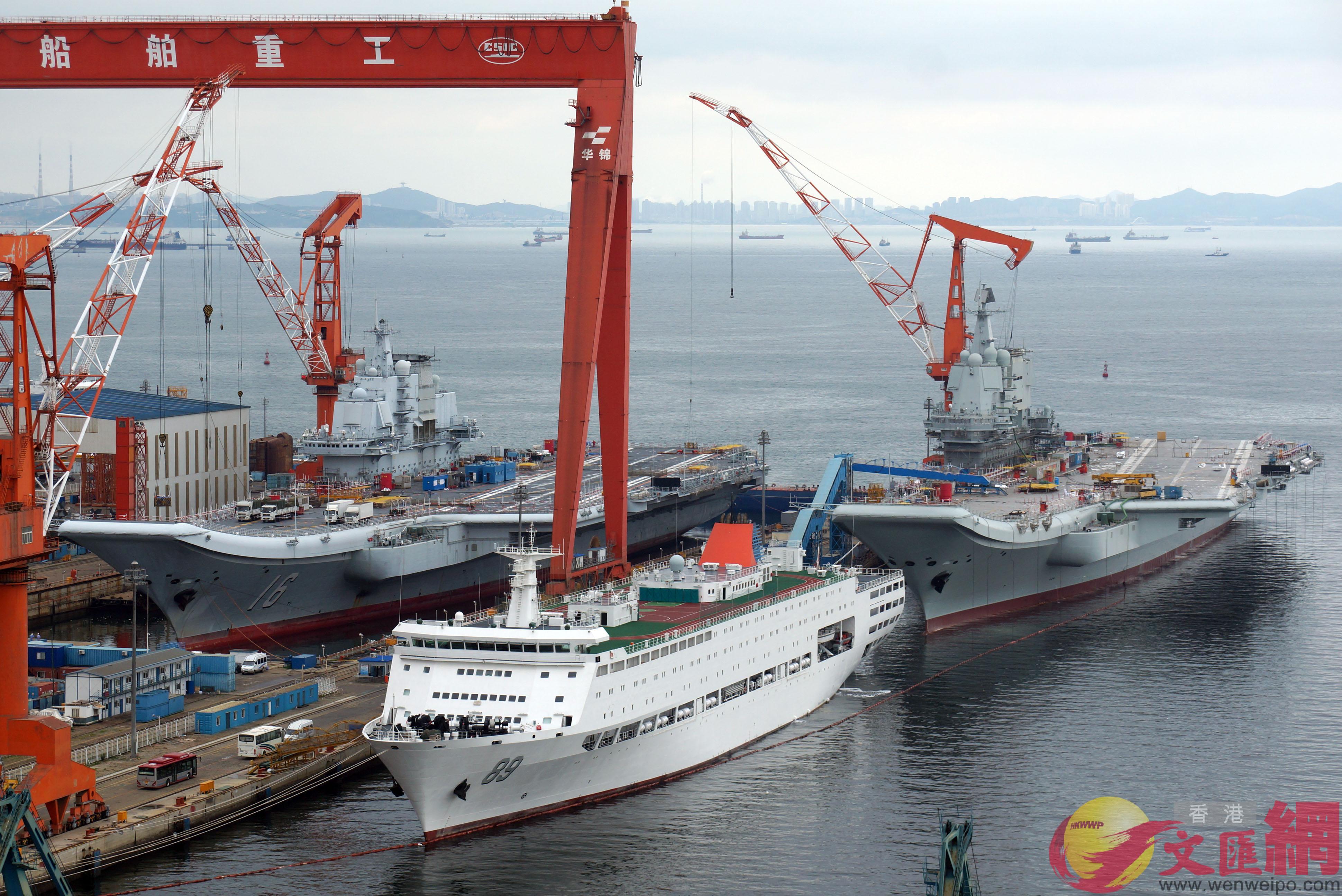 2018年7月10日,國產航母與遼寧艦在大連造船廠「雙艦合璧」 。(記者宋偉攝)
