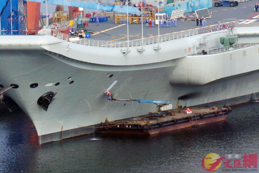 2019年10月24日,國產航母在大連造船廠試刷舷號。(記者宋偉攝)