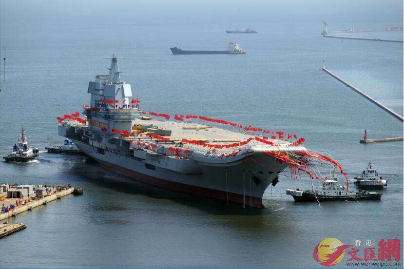 2017年4月26日,國產航母在大連造船廠成功下水。(記者宋偉攝)
