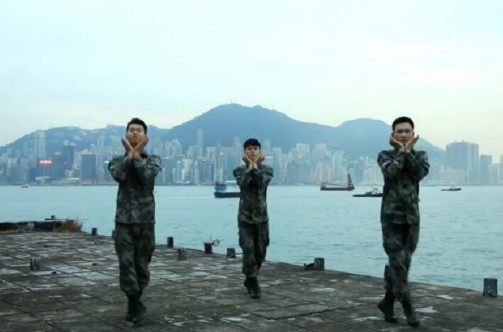 三名穿著軍服的士兵在維港背景下翩翩起舞(網絡圖片)