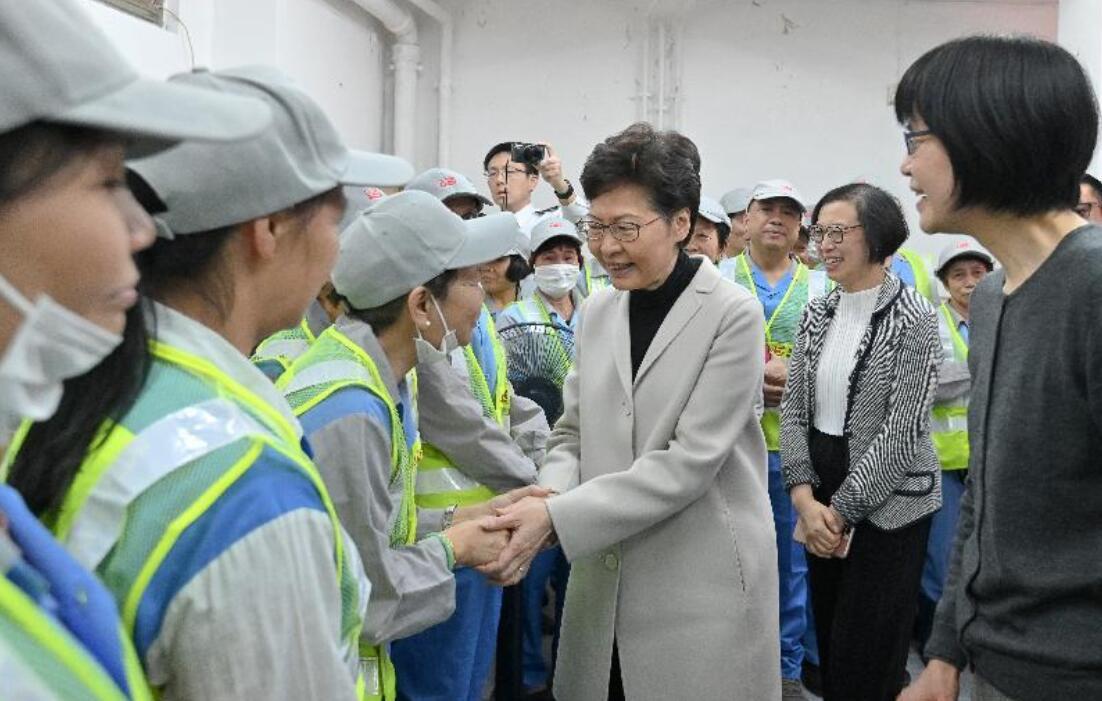 林鄭月娥(左四)到旺角探訪食環署合約清潔員工,感謝他們一直辛勤工作,為香港默默耕耘