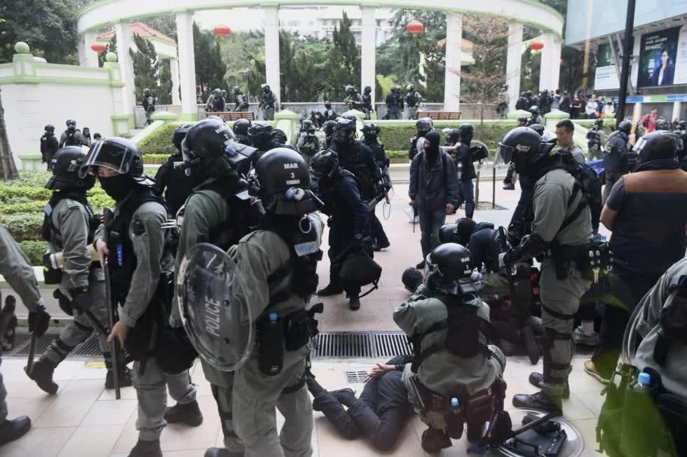 香港警方在止暴制亂(中新社資料圖片)