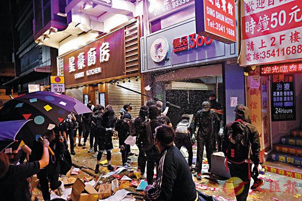 煽暴派搞「黃色經濟圈」,掀起毀店黑色恐怖。圖為黑衣魔大肆破壞被指「藍店」的「優品360」。 資料圖片