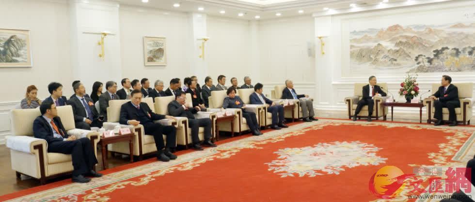 遼寧省政協主席夏德仁(右一)會見港澳委員及特邀列席人士(記者 宋偉 攝)
