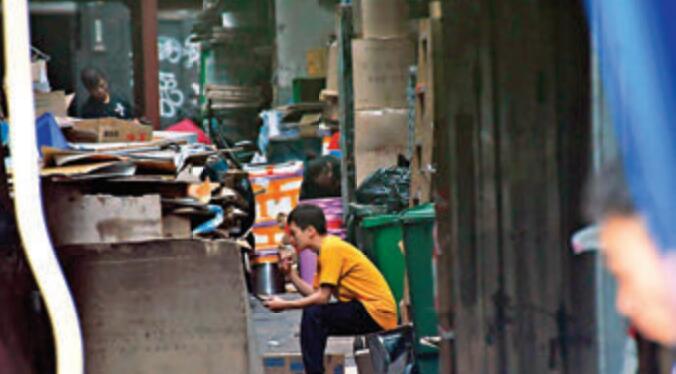 員工輪流到後巷吸煙,後巷環境惡劣。 香港文匯報記者 攝
