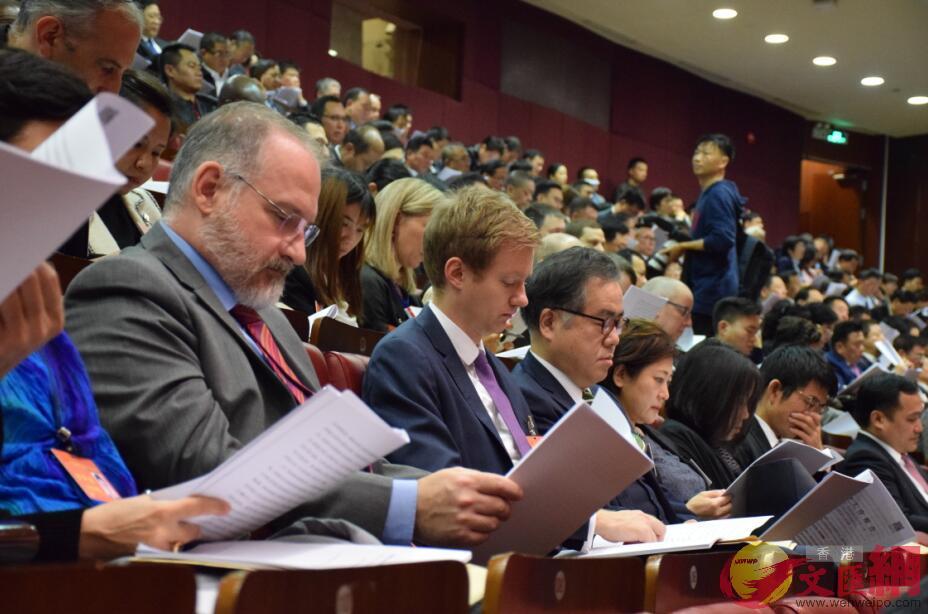 列席的外國駐廣州領事館官員等參會人員在聽取報告(記者盧靜怡 攝)
