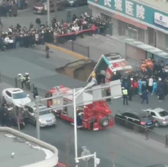 路面塌陷公交車墜入。視頻截圖