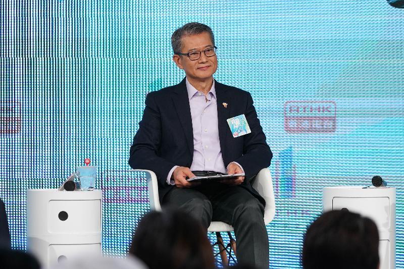 1月18日,財政司司長陳茂波參加電台節目(資料圖片)
