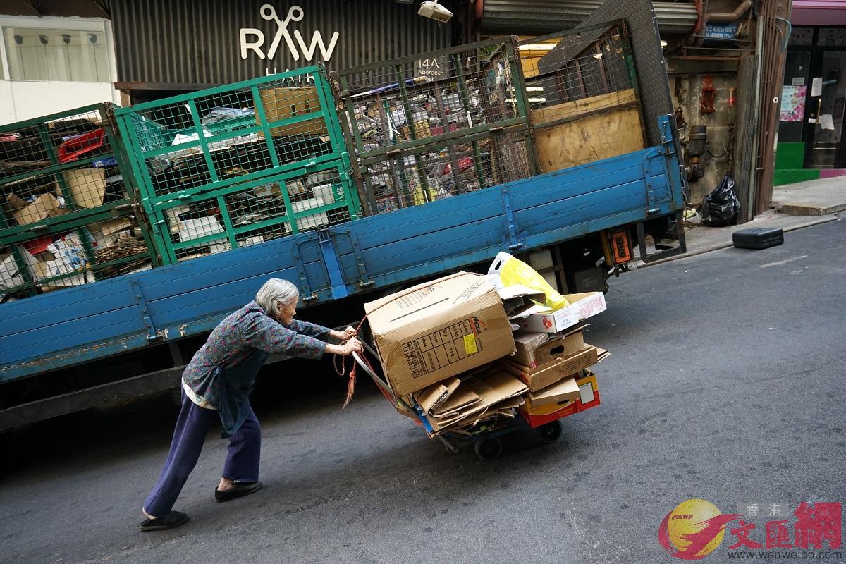 香港勞工及福利局局長羅致光今日(19日)在網誌中表示,新推出的10項民生措施中,政府建議優化長者生活津貼。(資料圖)
