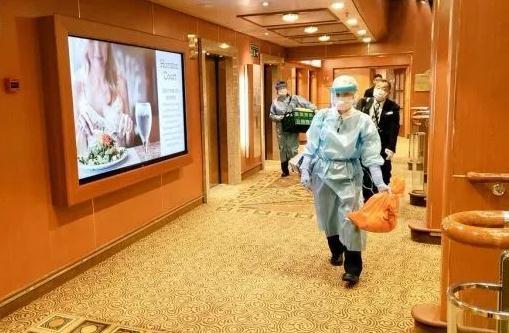 這張由社交媒體上網名為daxa_tw的網友提供的未知日期照片顯示,檢疫人員在日本「鑽石公主」號郵輪上工作(新華社)