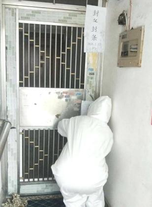 社區防疫人員對陳家家門兩次貼封條封閉(受訪者供圖)