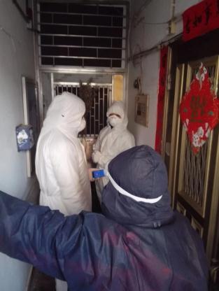 社區工作人員上門勸說,陳家拒不開門(受訪者供圖)