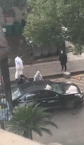 陳北洋夫婦(黑衣)及兒子由政府公務車送院(視頻截圖)