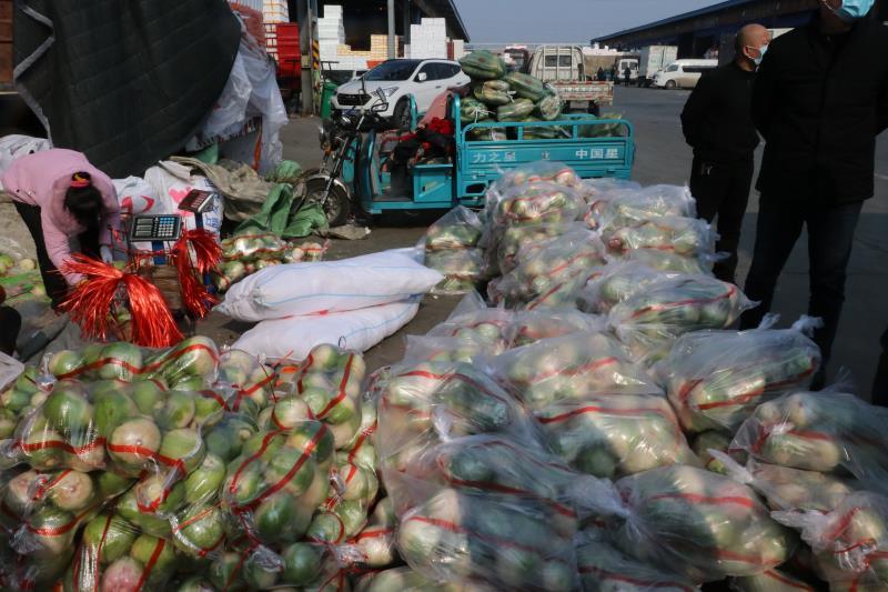 萬邦一天捐助200噸果蔬(受訪者供圖)