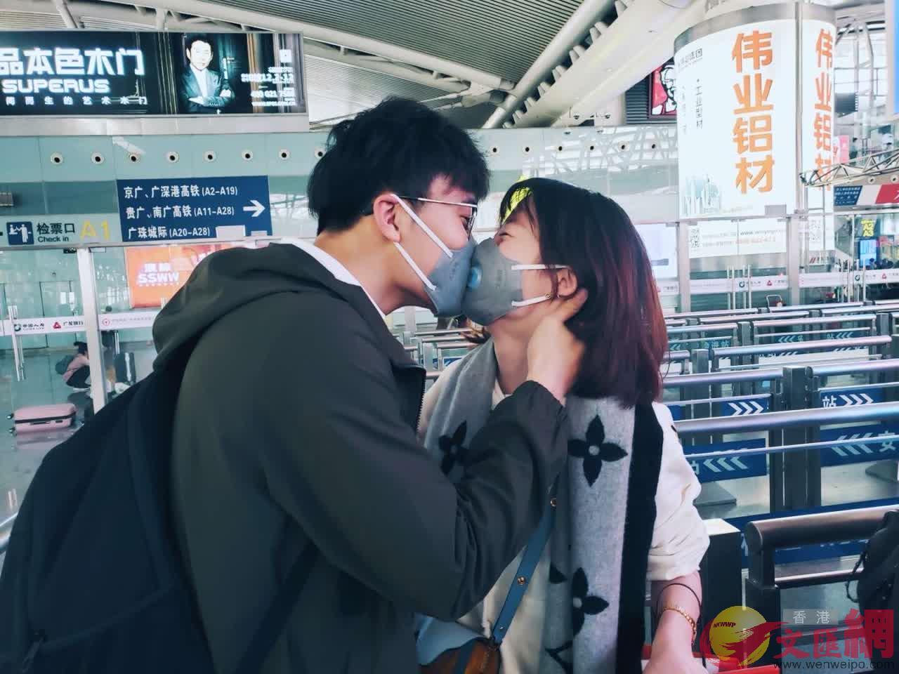 過年前一對情侶在廣州高鐵站吻別回家(記者 胡永愛 攝)