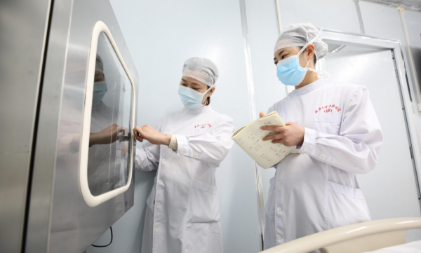 醫護人員在收治患者前檢查病房情況(中新社圖片)